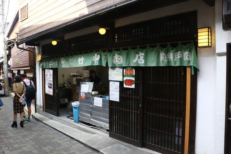 운치 있는 유모토자카(湯本坂)에는 유명한 가게가 즐비하다