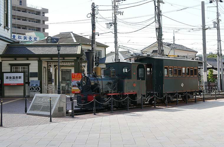 松山市内から道後温泉へ走る坊っちゃん列車