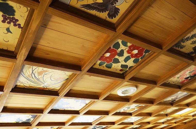天井に描かれた天皇ゆかりのものの絵