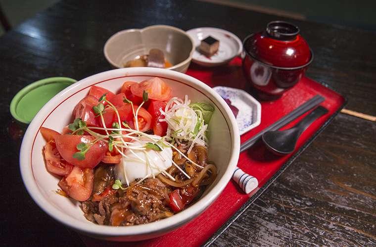 宴蔵の飛騨牛トマト丼