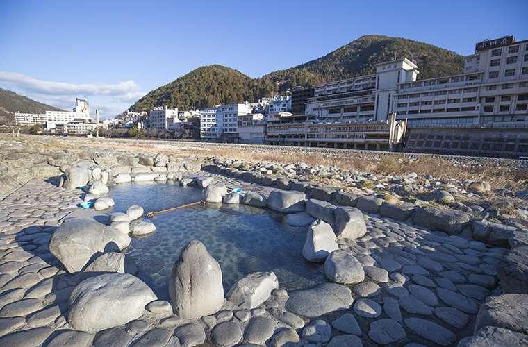 飛騨川の河川敷にある源泉かけ流しの噴泉地