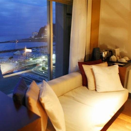 熱海温泉 HOTEL MICURAS(ホテルミクラス) オーシャンビュールーム窓辺のソファー