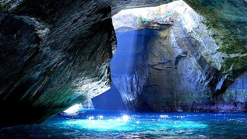 自然が生み出す神秘の光景「青の洞窟」を見に行こう!