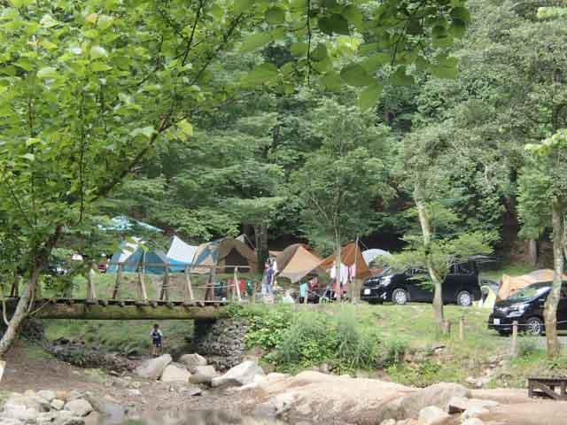 渓流近くのサイト