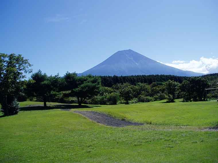 富士山を望む広大なサイト