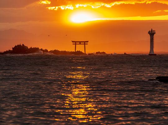 森戸神社鳥居と裕次郎灯台