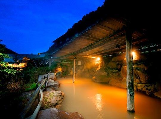 谷地温泉大正12年創業 黄金色の巨石露天風呂 横谷温泉旅館