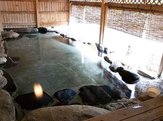 源泉掛流しの湯めぐりテーマパーク 龍洞(貸切露天風呂「音龍」)