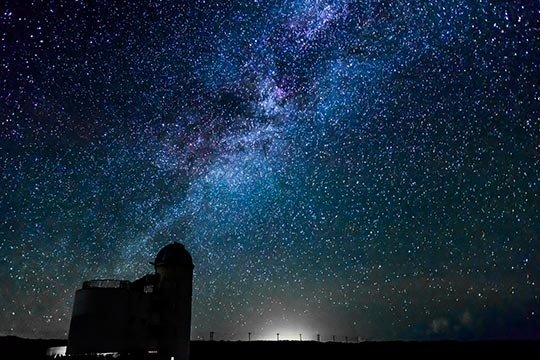 波照間島の星空観測タワーと天の川