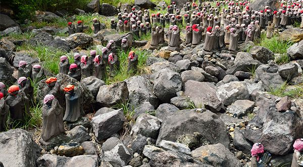 殺生石と地蔵群