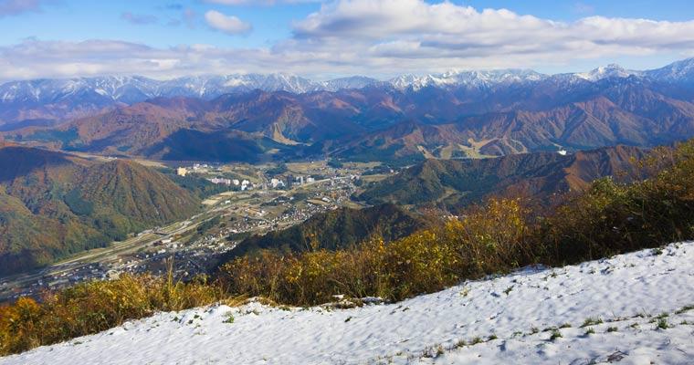 初雪と秋の越後湯沢