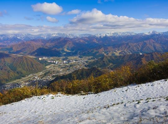 越後湯沢温泉 初雪と秋の越後湯沢