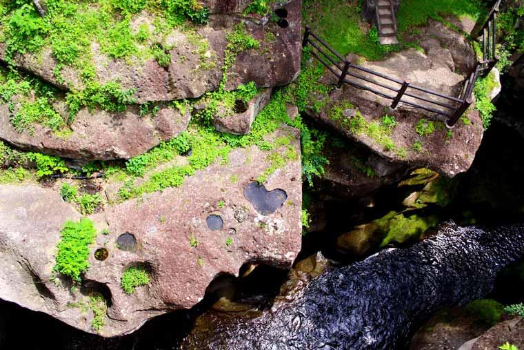 秋保温泉 覗橋から見た磊々峡のハート
