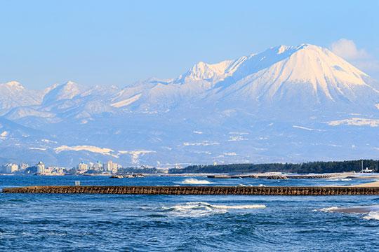 弓ヶ浜から眺める皆生温泉と大山