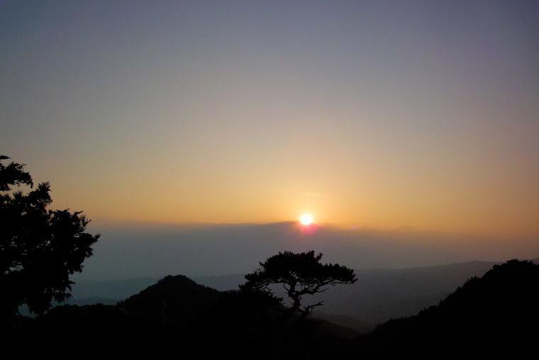 弥三郎岳から見える夕日