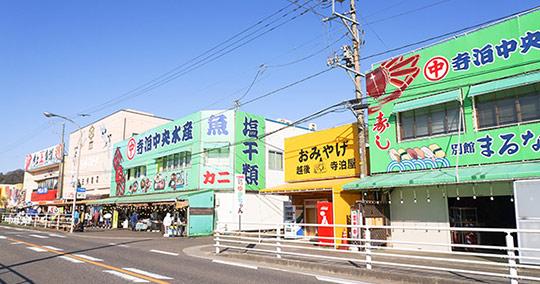 寺泊の魚市場通り