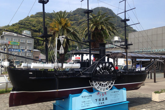 伊豆急下田駅前 黒船の模型
