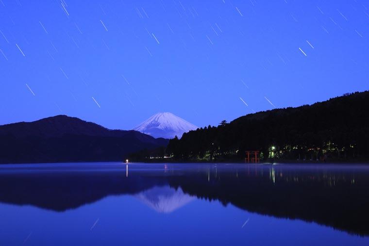 芦ノ湖から眺める夜の富士山
