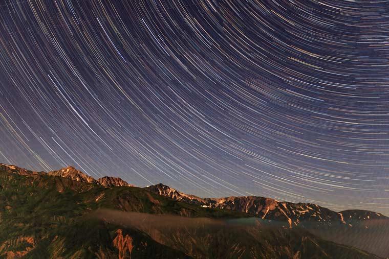 白馬五竜ナイトゴンドラ山頂駅から撮影した星空(星の軌跡)