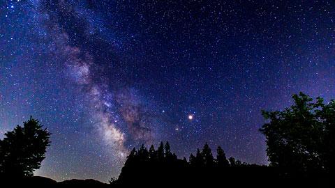 澄んだ夜空に瞬く星を見に行こう!星空観賞旅行に人気のスポットランキング
