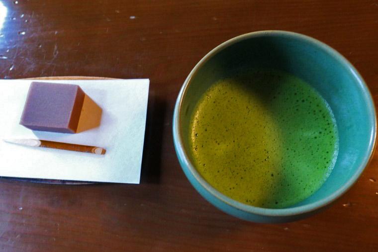 抹茶と練り菓子「日の出前」