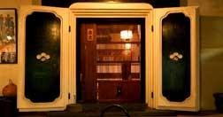 温かい火鉢と重厚な蔵扉が迎える