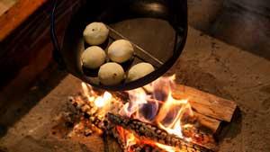 古民家宿でおいしい囲炉裏料理・郷土料理を味わう