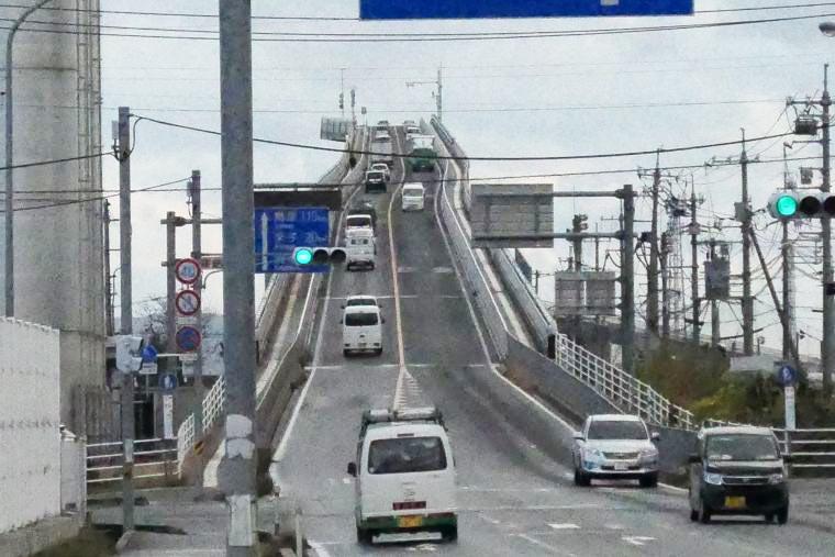 ベタ踏み坂で知られる「江島大橋」