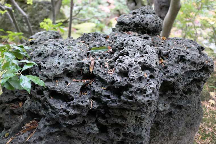 火山岩が多い大根島