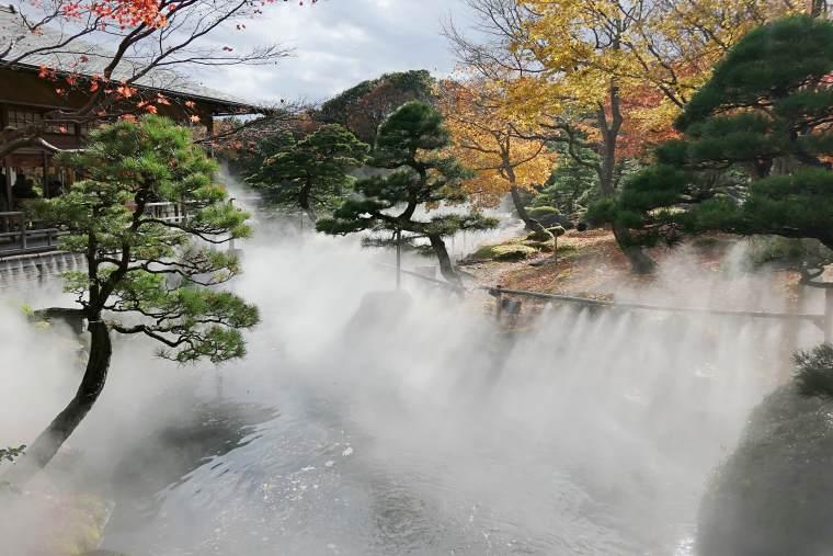 ミストシャワーで中海の湖面に立ちのぼる霧を表現