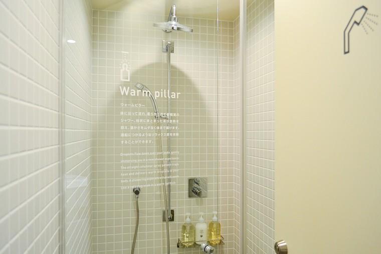 「ナインアワーズ浅草」シャワーブースには「ウォームピラー」