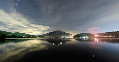 山中湖から真夏の星空と富士山