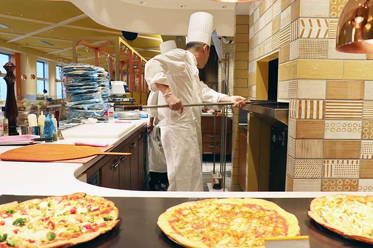 ヴィータ ダイニングで焼き立てピザ