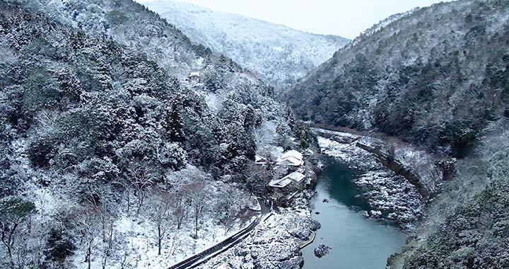 幻想的な冬の奥嵐山で過ごす