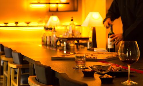 柔らかい灯りが印象的なSalon&Bar蔵
