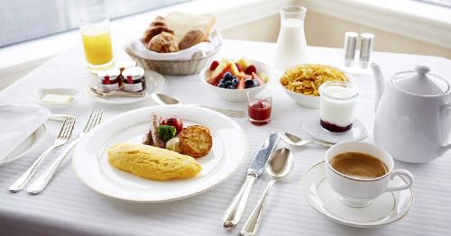 広々とした心地よい客室で、ゆったりと朝食を