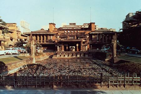 平等院鳳凰堂からインスピレーションを受けたといわれるライト館。大谷石とレンガを巧みに組み合わせた建物は、「日本の迎賓館」としての誇りを強く感じさせた。