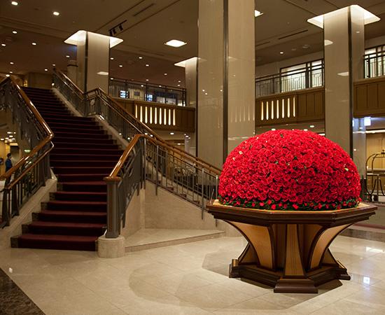 ロビーエントランスでは、季節ごとの華やかな装花がゲストを出迎える。
