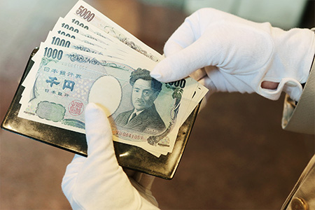 お客様がタクシーで到着された際、おつりの精算に手間取らないようにと、ドアマンは5千円札、千円札を常備している。