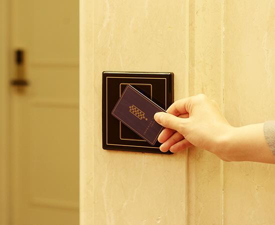 エレベーターホールと客室スペースはカードキー対応のエントランスで隔てられ、セキュリティも万全。