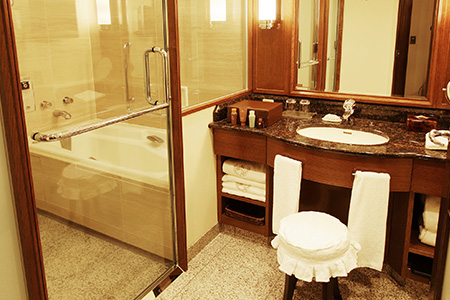シャワーエリアとバスタブ一体型の使いやすいバスルームをご用意