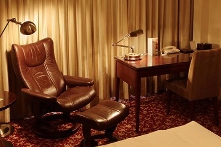 一人がけのソファやテーブル、調度品の全てが帝国ホテルオリジナルの特注品。国内外のメーカーと共同で開発した、機能性の高い品々が置かれている
