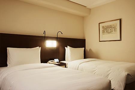 ベッドサイドには施設部のスタッフ、通称「発明王」が開発した読書灯が。自在に曲がり、好みの角度に調整できる。