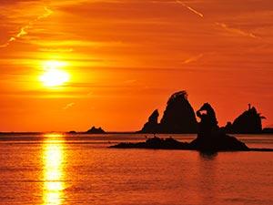 大田子海岸の夕陽(ゴジラ岩)