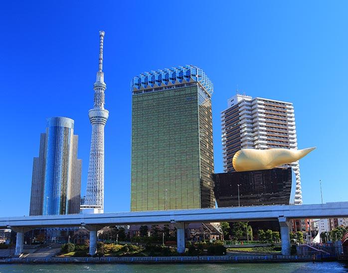 浅草から見える東京スカイツリーとアサヒビール本社