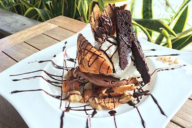 島バナナと搾りたてみるくのジェラートで作るチョコバナナパフェ。