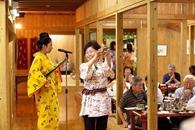 三線や琉球舞踊が目の前で一緒に楽しめる沖縄芸能ショー。