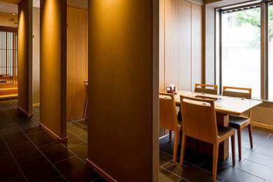 テーブル席や掘りごたつ席のほかカウンター席もあります。