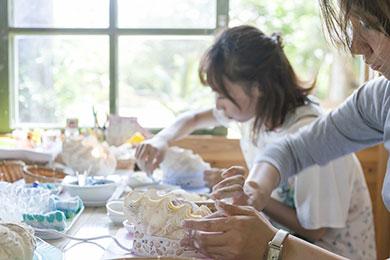 島のシャコ貝に貝殻を飾り付けてランプを作る貝細工体験。
