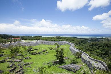 野面積みの曲線が美しい城郭と絶景が広がる今帰仁城跡。